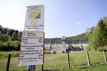 Ein Wegweiserschild in Wippra unterhalb der Talsperre verweist auf den 18 Kilometer langen Wanderweg für FKK-Fans