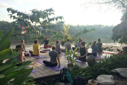 In Laos: Yoga am Fluss bei Sonnenaufgang