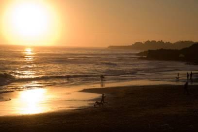 Was kann es Schöneres geben, als im Sonnenuntergang zu surfen?