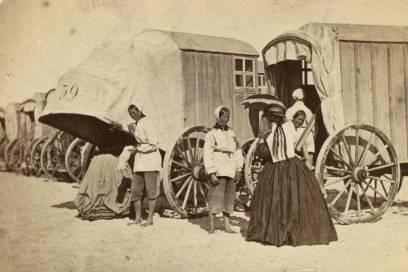 Prüderie am Strand von Norderney anno 1865: Badekarren schützen die hochgeschlossen bekleideten Menschen vor den Blicken der Öffentlichkeit
