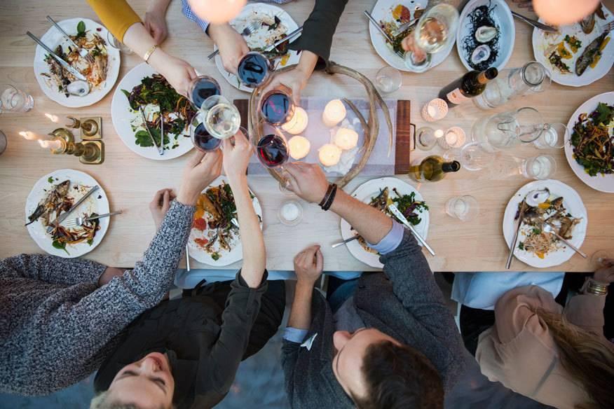 Gutes Essen und leckere Getränke in einer geselligen Runde – wer mag das nicht? Auf die folgenden 33 Gerichte sollten Sie nicht verzichten, wenn Sie durch Europa reisen.