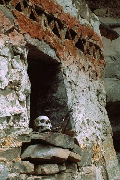 Ein Schädel ruht in einer Grabstätte nahe des Kondorsees