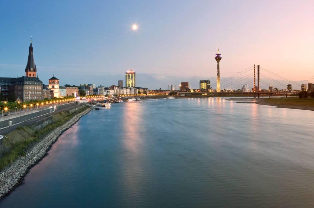 Sorgt nicht nur bei Düsseldorfern für ein Aha-Erlebnis: die Skyline von Düsseldorf mit Altstadt, Rhein und Fernsehturm
