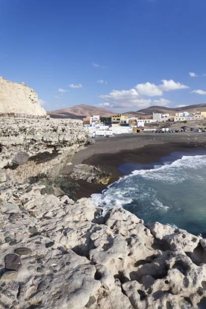Auf dem schwarzen Sand liegen, ist okay, aber ins Wasser sollte man lieber nicht Fuerteventura am Strand von Ajuy auf Fuerteventura