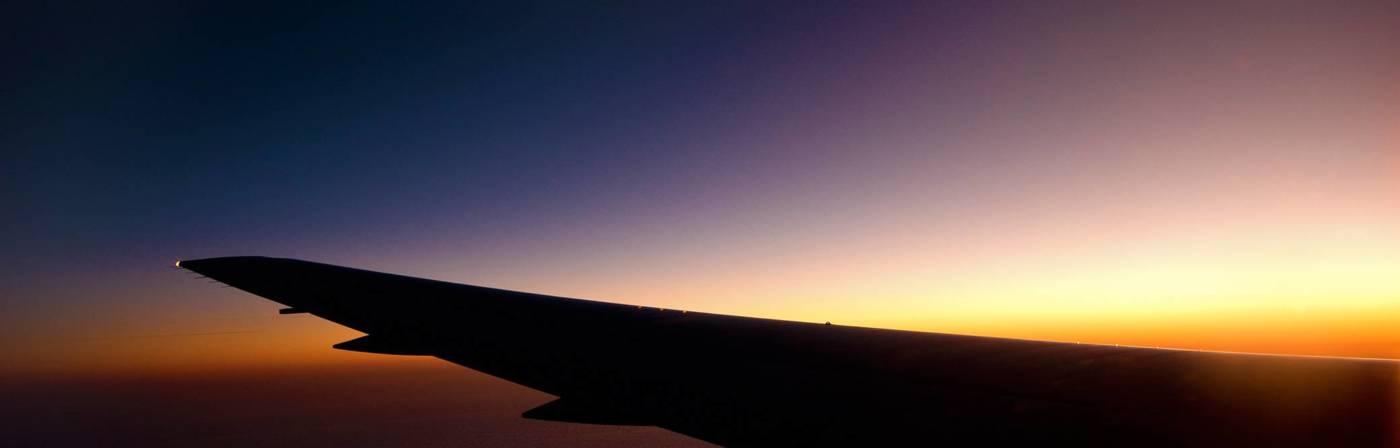 Schöne Farben, aber keine Sterne: Der nächtliche Blick aus dem Flugzeugfenster