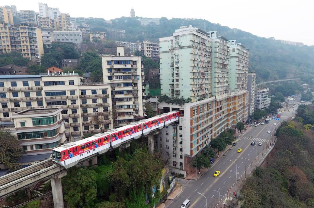 Dass ein Zug mitten durch ein Wohngebäude fährt, wäre hierzulande undenkbar  – im chinesischen Chongqing sorgt das sogar für eine Steigerung des Immobilienwerts