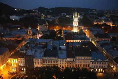 Bei Nacht wird die gesamte Altstadt erleuchtet. Von Montag bis Freitag kann man in den Clubs Lembergs tanzen und feiern.