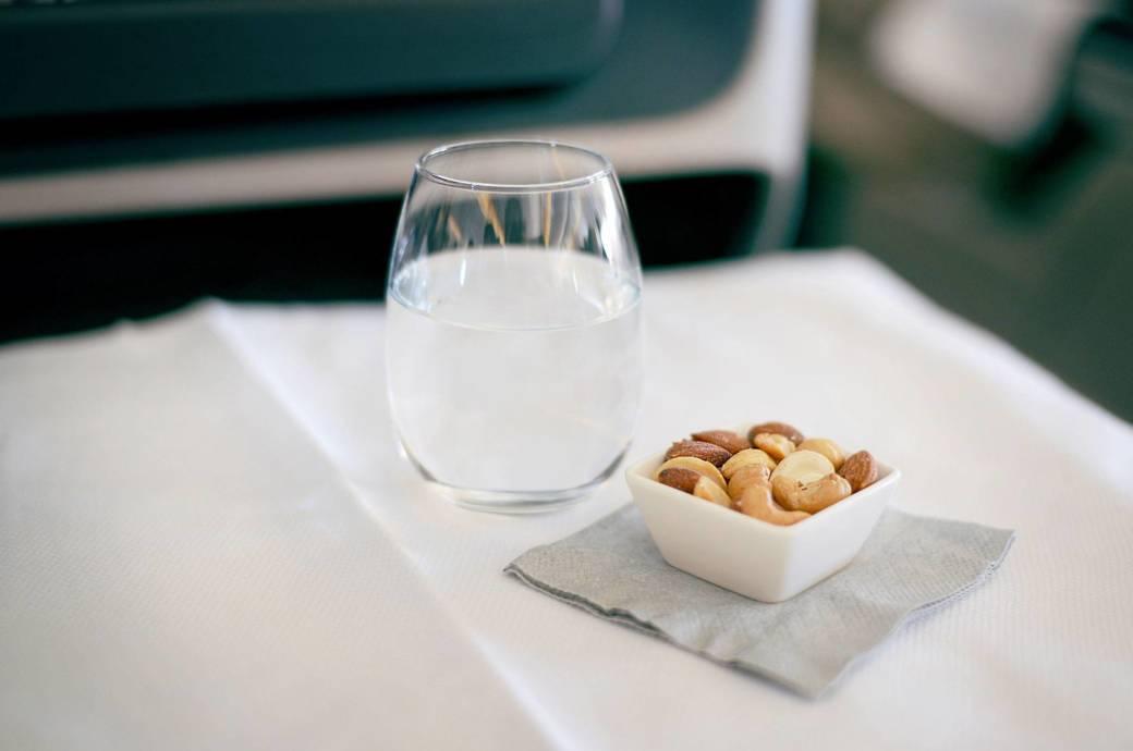 Haben Flugpassagiere Hunger oder Durst, müssen sie über den Wolken immer öfter die Kreditkarte zücken, wenn sie was essen oder trinken wollen