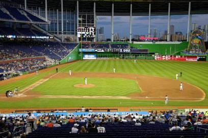 Der überdachte Marlins Park mit der Skyline von Miami im Hintergrund