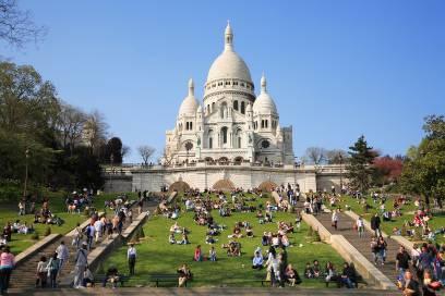 Die Kirche Sacré-Cœur de Montmartre liegt auf einem Hügel, von dem man einen tollen Blick über die Seine-Metropole hat