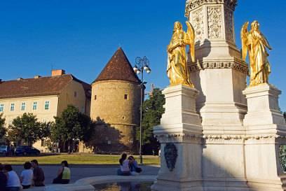 Eine Säule mit Marienstatue und vier goldenen Engeln drumherum wacht über den Kaptol-Platz. Hier haben sich noch jahrhundertealte Gebäude erhalten