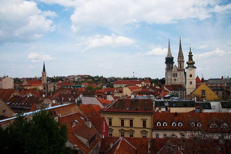 Zagreb kann fast noch als Geheimtipp durchgehen. Weil die meisten Touristen an die Küste fahren, bleibt die Stadt im Hinterland mit den urigen Gassen und schönen grünen Parks beschaulich