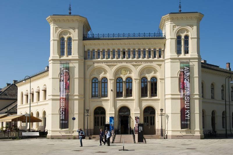 Gegenüber vom Osloer Rathaus befindet sich das Nobel-Friedenszentrum, das über die Preisträger des Friedensnobelpreises und deren Arbeit informiert. In dem ehemaligen Westbahnhof gibt es wechselnde Ausstellungen
