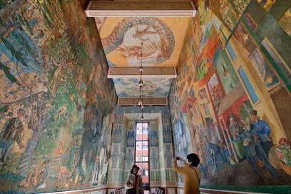 Im Rathaus von Oslo wird jedes Jahr der Friedensnobelpreis verliehen. Die riesigen Wandmalereien in den Gängen und Räumen sind übrigens die Ergebnisse eines 1936 ausgelobten Künstlerwettbewerbs