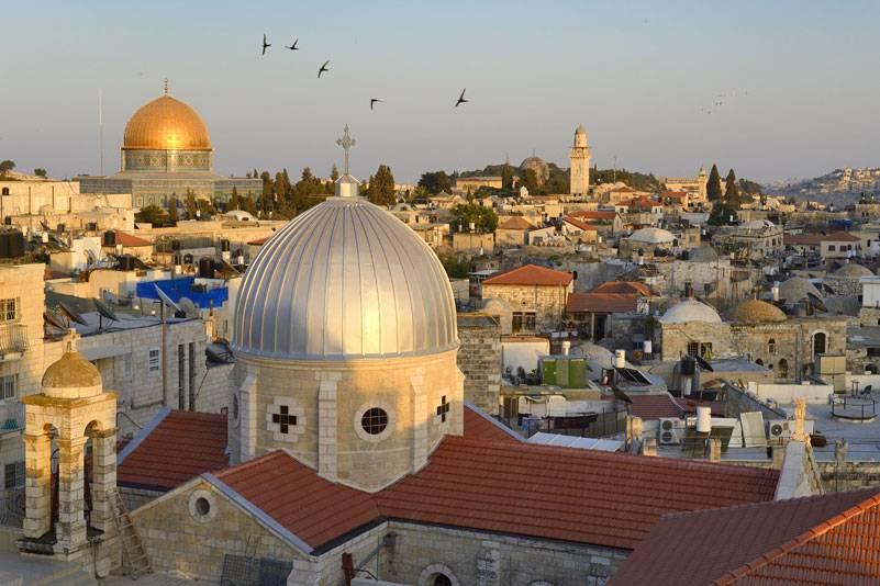 Die Dächer des muslimischen Viertels in Jerusalem. Zu sehen ist die Kirche der Schmerzen Mariä im Vordergrund und der Felsendom im Hintergrund