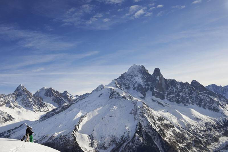 Im Norden beeindrucken die französischen Alpen mit dem stolz emporragenden und vom ewigen Schnee bedeckten Mont Blanc, der höchsten Gebirgsspitze der Alpen (4810 Meter)