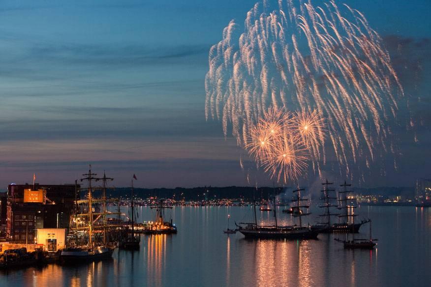 """Das große Finale der Kieler Woche ist stets der """"Sternenzauber"""", ein Höhenfeuerwerk auf der Innenförde des Hafens. Vorher gibt es noch die Windjammerparade mit mehr als 100 Groß- und Traditionsseglern, historischen Dampfschiffen und Segeljachten"""