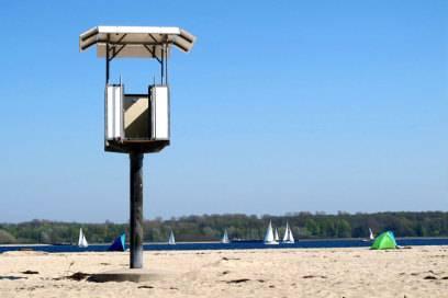 Der beliebteste Strand bei Einheimischen und Touristen ist Falckenstein im Stadtteil Friedrichsort. Er ist der längste Strandabschnitt Kiels mit feinem Sand und bietet eine großartige Aussicht auf die vorbeifahrenden Schiffe sowie die Ostuferseite