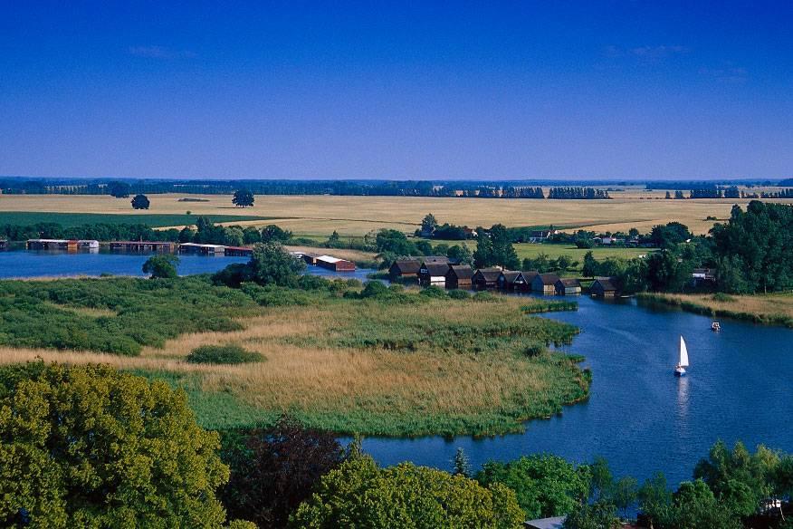 Natur pur: Die Mecklenburgische Seenplatte ist eine einzigartige Wasserlandschaft. Die bekanntesten und größten Seen sind die Müritz, der Plauer See, der Fleesensee, der Schmale Luzin, der Tollensesee und der Kölpinsee