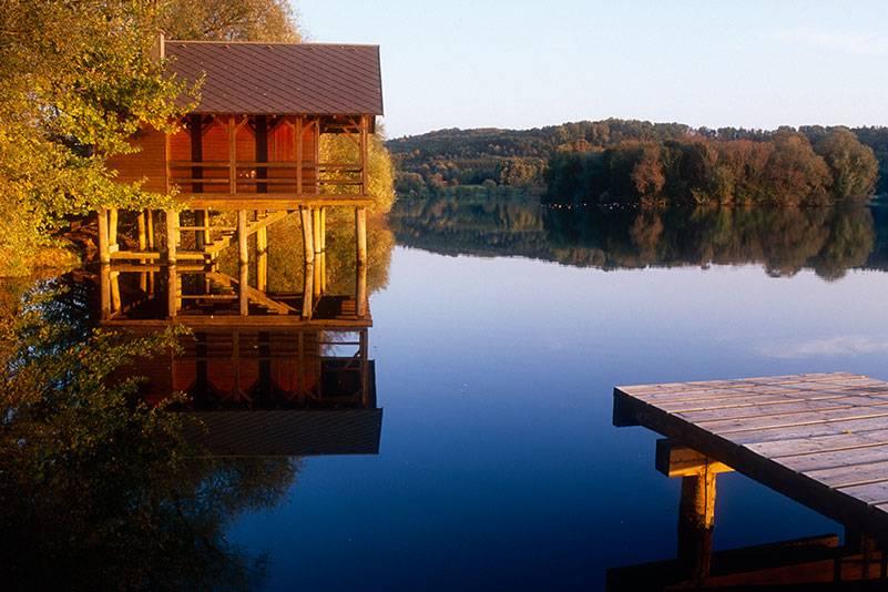 Idylle pur: eine Hütte, ein Steg, ein See. Gerade mal knapp 500 Einwohner hat Rauchwart im Burgenland. Kein Wunder, dass dieses Gewässer so einsam wirkt