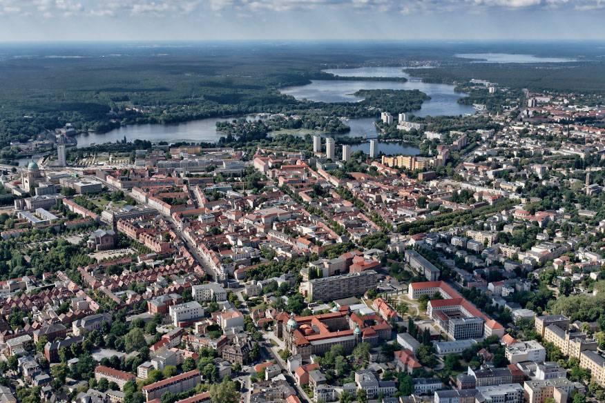 Die brandenburgische Landeshauptstadt liegt idyllisch am Mittellauf der Havel in einer Wald- und Seenlandschaft. Insgesamt befinden sich über 20 Gewässer in Potsdam, viele davon mitten in der Stadt