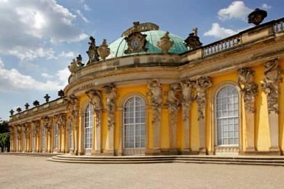 Ein Besuch von Schloss Sanssouci mit seinem weitläufigen Park ist ein MUSS. Das prachtvolle Rokoko-Schloss wurde auf Geheiß des preußischen Königs Friedrich II. Mitte des 18. Jahrhunderts als Sommerresidenz errichtet