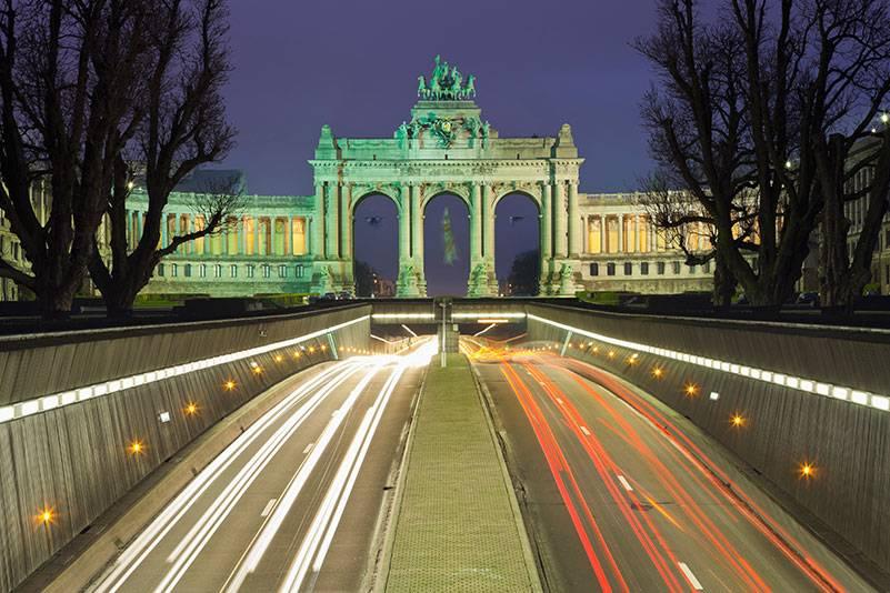 Der Triumphbogen im Jubelpark bei Nacht. Der Park wurde im Jahr 1880 anlässlich einer Weltausstellung zum 50. Jahrestag der Unabhängigkeit angelegt