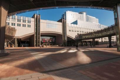 Das Europäische Parlament hat seinen offiziellen Sitz zwar in Straßburg, ein wichtiger Arbeitsort ist aber auch Brüssel. Die belgische Hauptstadt ist zudem Hauptsitz der Europäischen Union und der Nato