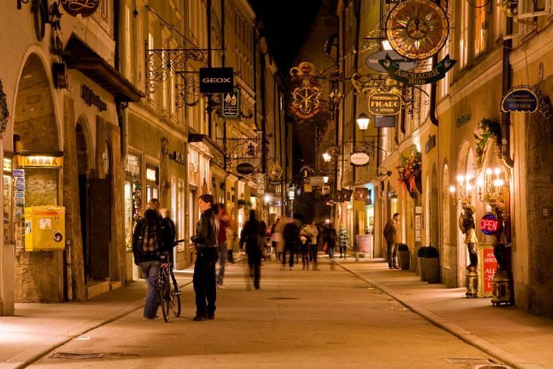 Die berühmte Einkaufsstraße Getreidegasse in der Salzburger Altstadt ist abends wunderschön beleuchtet