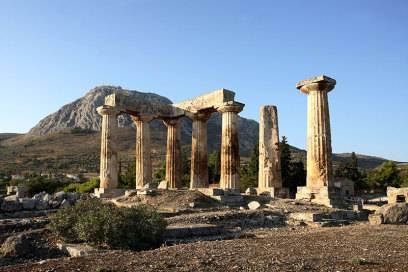 Korinth ist ein Traumziel für Geschichtsinteressierte. Von der Bedeutung der antiken Stadt zeugt der Tempel des Apollon aus der Mitte des 6. Jh. v. Chr. Von ihm stehen allerdings nur noch einige Säulen