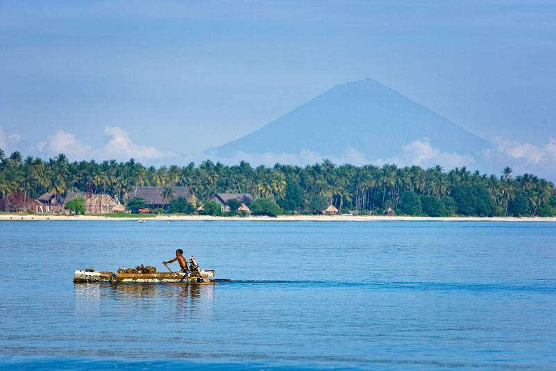 Von Lombok aus sind die Gili-Inseln gut zu erreichen, Gili Air ist sogar zu sehen. Auf der kleinen Insel findet man schöne weiße Sandstrände, ein Unterwasserparadies und keine Autos. Von Senggigi aus erreicht man die drei Gili-Inseln mit dem Boot