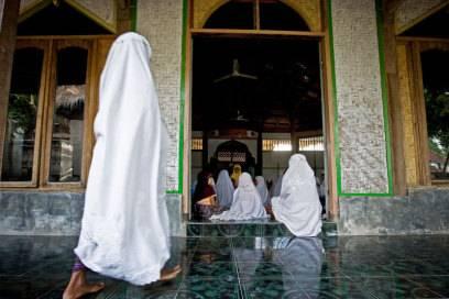 In Lombok dominiert der Islam, im Gegensatz zum hinduistisch geprägten Bali. Die Insel ist noch wesentlich naturbelassener und beeindruckt mit seinen menschenleeren Stränden. Auf Lombok stehen 9000 Moscheen