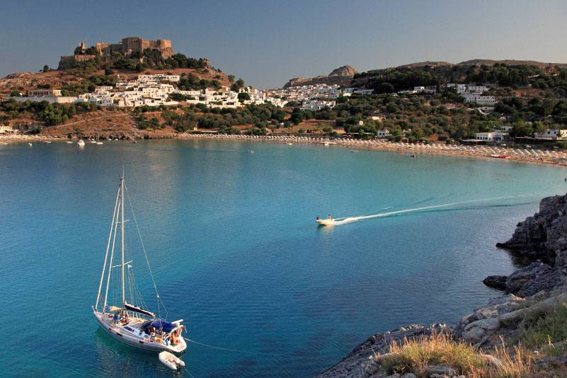 Das Dorf Lindos liegt malerisch in einer schönen Bucht