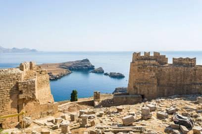 Über steile Fußwege oder per Esel erreicht man die wichtigste Sehenswürdigkeit von Lindos: die Akropolis, eine Burgruine, die Anfang des 20. Jahrhunderts ausgegraben wurde. Auch einen Athene-Tempel gibt es hier