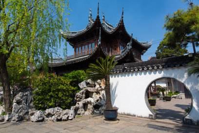Der 400 Jahre alte Yu Garten ist eine kleine Oase in Shanghai mit seinen Gärten und Brücken. Er gehört zu den schönsten und bedeutendsten chinesischen Gärten der Welt. Er liegt in der Altstadt und grenzt an den nahe gelegenen Bazar