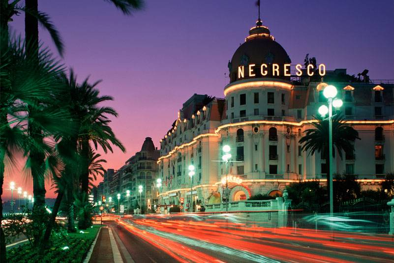 """Die glamouröse Promenade d'Anglais in Nizza ist nach ihren Ideengebern benannt: den Engländern, die hier im 18. Jahrhundert die Winter verbrachten und einen Gehweg an dem Kieselstrand forderten. Die Einwohner nennen sie schlicht die """"Prom"""""""