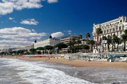 Cannes ist dank der Filmfestspiele die bekannteste Stadt an der Côte d'Azur. Der Boulevard de la Croisette erstreckt sich über zwei Kilometer und endet am Pointe Croisette, von dem man die Promenade bis hin zum Festspielhaus überblicken kann