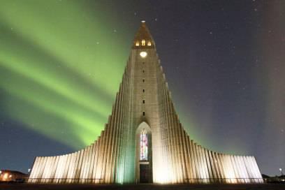 Sie ist das architektonische Wahrzeichen der Stadt: Die Hallgrimskirkja mit ihrem 74,5Meter hohen Turm, auf den ein Lift hinaufführt. Mehr als 40 Jahre dauerte der Bau, 1986 wurde die Kirche eingeweiht.