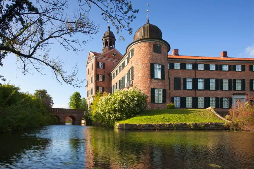 Etwas im Landesinneren inmitten der Seenplatte der Holsteinischen Schweiz liegt Eutin mit seinem Schloss, dessen Ursprünge auf das 12. Jahrhundert zurückgehen. Das Schloss ist umgeben von einem 14 Hektar großen englischen Landschaftsgarten