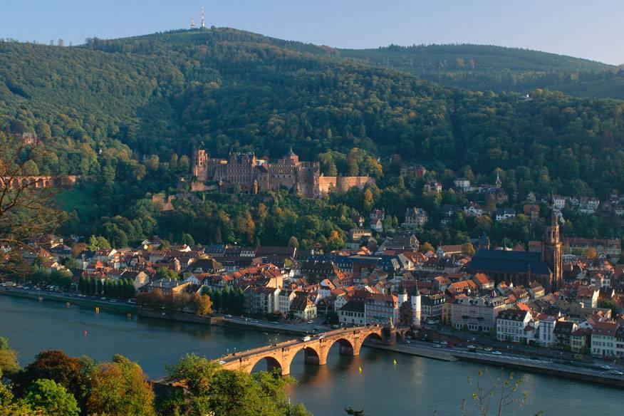 Heidelberg liegt am Ufer des Neckar und zählt zu den wenigen deutschen Großstädten, die im Zweiten Weltkrieg nicht zerstört wurden. Deshalb hat sie von ihrem ursprünglichen Charme wenig eingebüßt