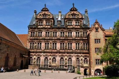 Am Ende des Schlosshofs liegt der prachtvolle Friedrichsbau. Die zahlreichen Fassadenfiguren stellen den Bauherrn Friedrich IV. und dessen Ahnen dar