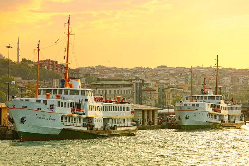 Die Fähren von Istanbul verbinden Europa und Asien – und bieten den Passagieren eine kleine Auszeit: 15 Minuten dauert eine Überfahrt im Schnitt, bei der man am besten nichts weiter tut, als Tee zu trinken – und das Panorama der Stadt zu genießen