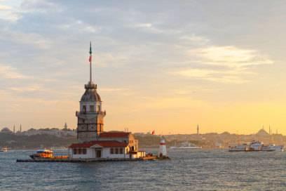 Der Leanderturm aus dem 18. Jahrhundert, auch Mädchenturm genannt, liegt auf einer kleinen Insel im Bosporus. Er diente unter anderem als Leuchtturm, Quarantänestation und Alterssitz für Seeoffiziere. Heute beherbergt er ein Restaurant
