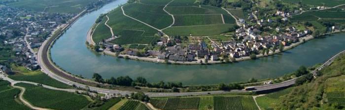Eingebettet zwischen Weinbergen an einer großen Moselschleife liegt der freundliche Winzerort Machtum. In den ländlichen Gebieten von Luxemburg kann man wunderbar speisen und Weine verköstigen