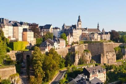 Die Luxemburger Altstadt mit der Corniche. Die begehbaren Festungswälle entlang des Alzette-Tals werden wegen des Panoramas mitunter auch als der schönste Balkon Europas bezeichnet