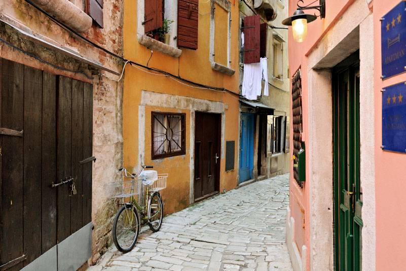 Man kann nicht anders als fröhlich durch Rovinj spazieren: Die bunten Farben der gequetschten Altstadthäuschen sorgen für gute Laune