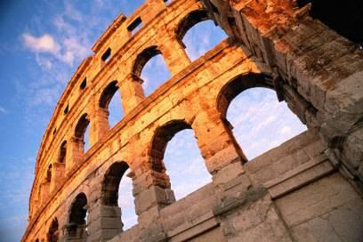 Das Wahrzeichen von Pula ist das Amphitheater, eines der größten von Römern gebauten. Es bot damals etwa 23.000 Menschen Platz