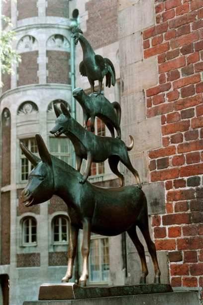 Sie kennt wohl jeder: die Bremer Stadtmusikanten aus Bronze vor dem Bremer Rathaus. Das Märchen der Brüder Grimm spielt im Umland von Bremen – anders als geplant kommen die vier Tiere in der Geschichte aber nicht in die Stadt