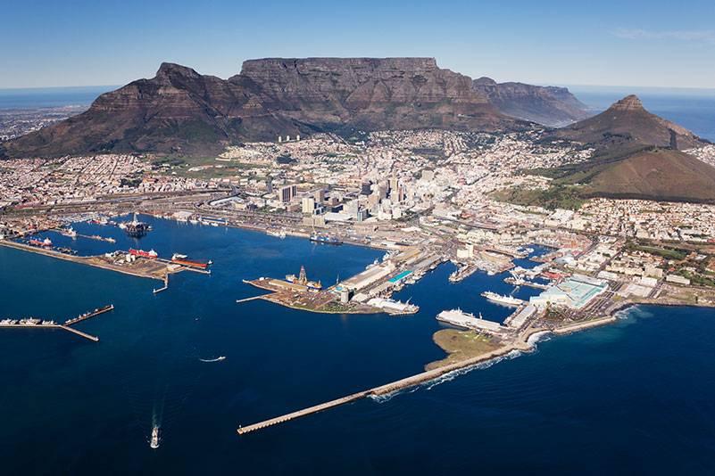 Kapstadt, die quirlige Millionen-Metropole am Fuß des Tafelbergs, ist der ideale Ausgangsort, um Südafrika zu entdecken. An den Stadtstränden kann man sich erst einmal akklimatisieren