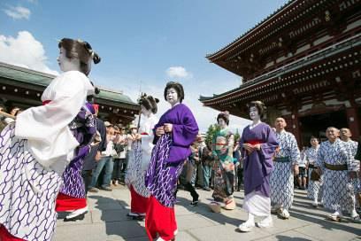 Das alte Japan versteckt sich im Tokioter Stadtteil Asakusa. Wuselige Sträßchen, Tempel, Teehäuser, kräftig geschminkte Geishas und Männer im Kimono